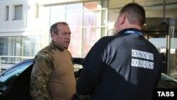 Представник угруповання «ДНР» Равіль Халіков говорить із заступником голови спеціальної моніторингової місії ОБСЄ Олександром Хугом, Донецьк, 5 листопада 2014 року