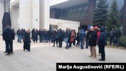 """Radnici """"Zenicatransa"""" su se proteklih dana okupljali i ispred zgrade gradske uprave"""