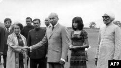 د پاکستان وزیراعظم ذوالفقار علي بوټو چې جنرل ضيا الحق یې حکومت چپه کړ، دلته د هندي وزیراعظمې ايندراګارندي سره ښکاري