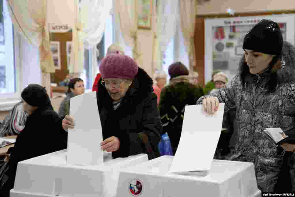 Voters in Moscow cast their ballots.