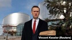 Aleksei Navalny duke u larguar sot nga Gjykata evropane për të drejtat e njeriut në Strasburg