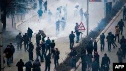 Полицейские Косово применили слезоточивый газ для разгона демонстрантов в Приштине. 27 января 2015 года.