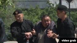 Almaty, 7-nji maýdaky tussag etmeler onlarça adam merkezi meýdança toplananda amala aşyryldy.