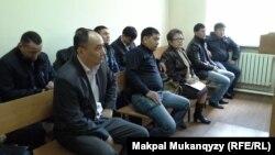 Сотқа қатысып отырған азаматтар. Алматы, 23 сәуір 2014 жыл.
