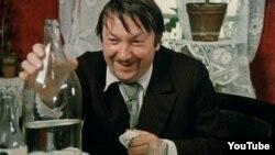 """Georgiy Vitsin Leonid Gaydayın """"Ola bilməz"""" (1975) filmində."""
