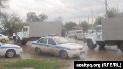 Оцепленный полицейскими район в Актобе. 23 июня 2012 года.