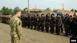Ուկրաինայի նախագահ Պետրո Պորոշենկոն զորքերի տեսչություն է իրականացնում Խարկովի մարզում, 20-ը հունիսի, 2014թ․