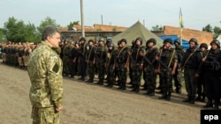 Украина -- Президент Петро Порошенко аскерлердин алдында. Харьков, 20-июнь, 2014
