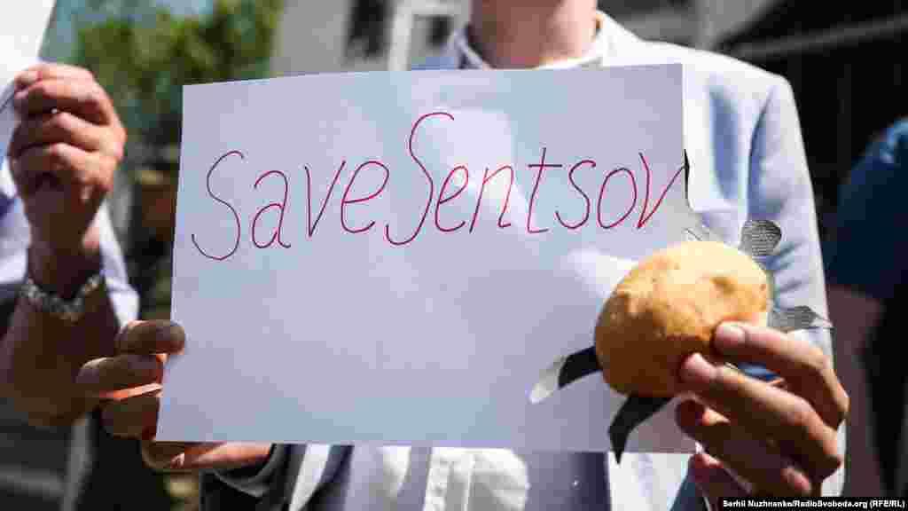 На підтримку Сенцова до посольства Росії в Києві принесли булочки, 24 травня 2018 року