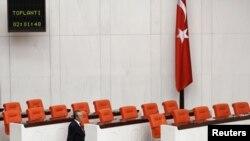 Ankara - Një deputet kalon afër ulëseve të zbrazta të rezervuara për ligjvënësit e pakicës kurde në Parlamentin e Turqisë (Ilustrim)