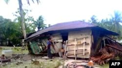 Индонезияның Суматра аралының батыс бөлігіндегі жер сілкінісінен зардап шеккен үй. 26 қазан 2010 ж. (Көрнекі сурет)