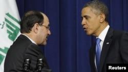 الرئيس الأميركي باراك أوباما يصافح رئيس الوزراء العراقي نوري المالكي بعد مؤتمر صحفي في واشنطن 12 كانون الأول 2011.