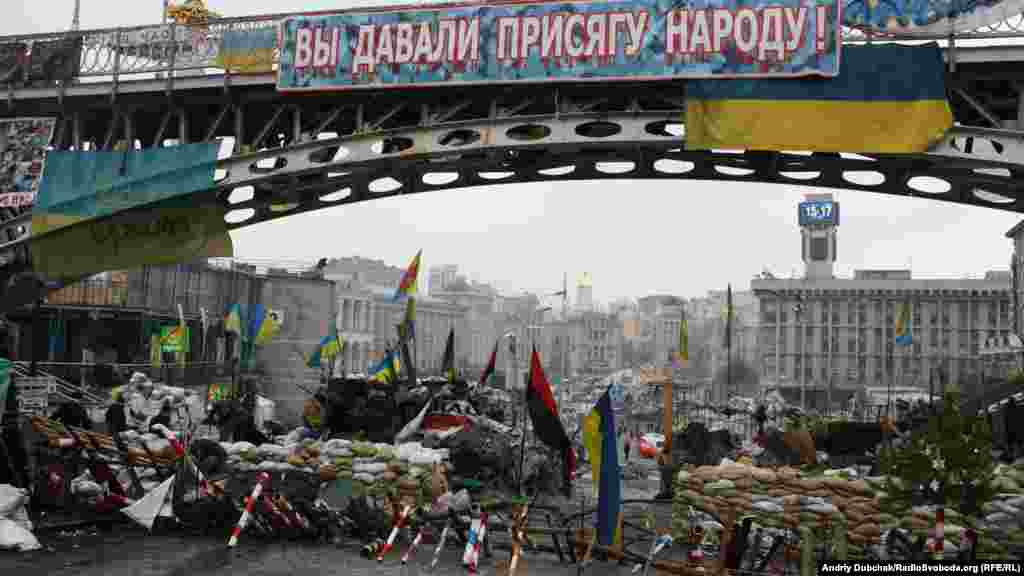 Antigovernment protesters build a new barricade on Instytuska Street in central Kyiv. (Andriy Dubchak)