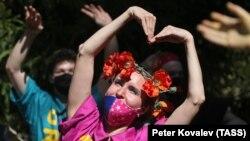 Umjetnici iz Cirkusa Upsala plešu za djecu s poteškoćama u razvoju u Sankt Peterburgu, 27. maj, 2020.