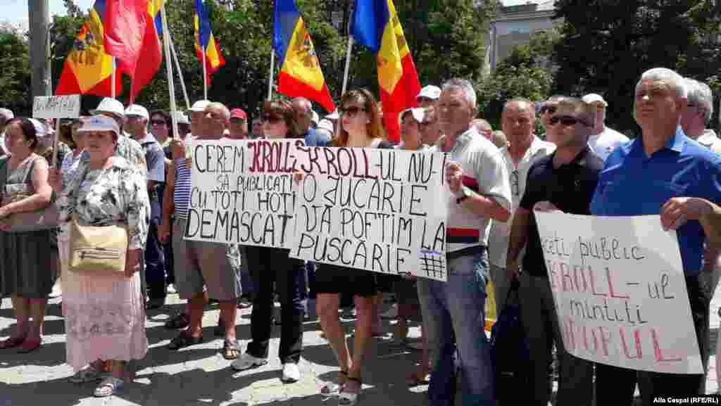 """La acțiunea de protest organizată de Platforma """"Demnitate și Adevăr"""" în fața Băncii Naționale a Moldovei la Chișinău..."""