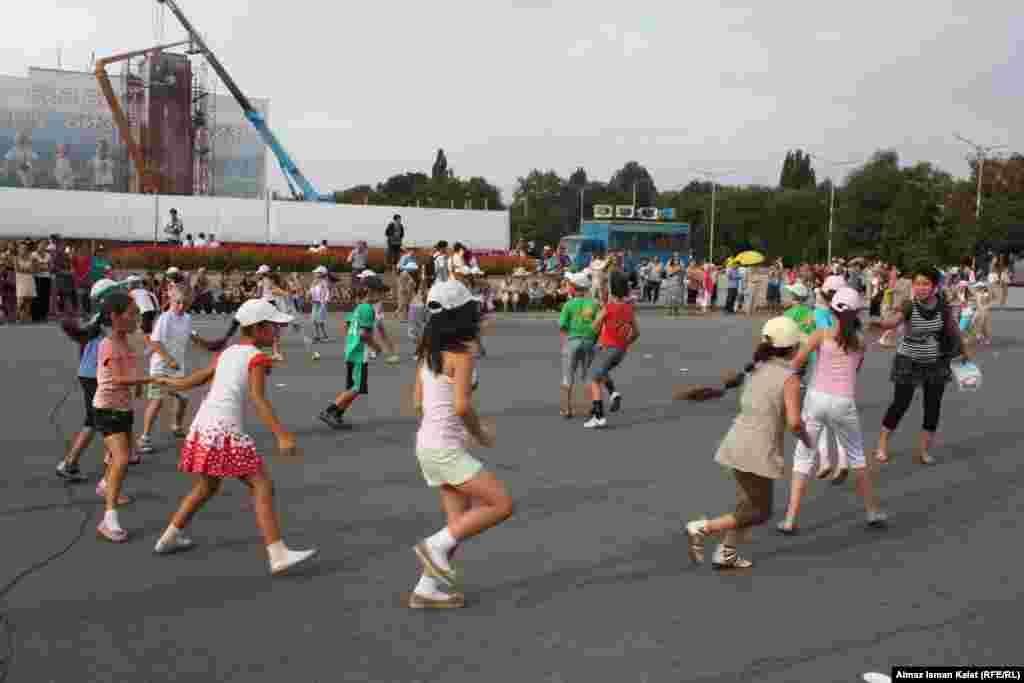 Школьники танцуют.