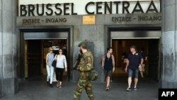 Военнослужащий у входа в Центральный вокзал Брюсселя.