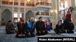 Голливудские актеры Бай Лин, Эрик Робертс и Кэри-Хироюки Тагава во время службы в мечети Халифа Алтая. Усть-Каменогорск, 15 февраля 2018 года.