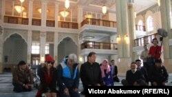 Актер Эрик Робертс (в сине-голубой куртке) в мечети города Усть-Каменогорск в Казахстане в 2018 году. Иллюстрационное фото