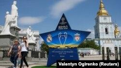 Інсталяція з логотипом фіналу Ліги чемпіонів УЄФА в центрі Києва, 12 травня 2018 року