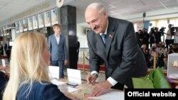 Președintele Alexander Lukașenko votînd duminică în alegerile parlamentare