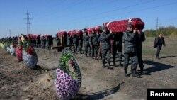 Бойцы Национальной гвардии Украины на похоронах украинских военных, погибших в боях на востоке Украины, Днепропетровск, 8 октября 2014
