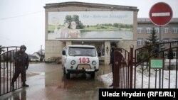 Каля школы №2 у Стоўпцах пасля нападу 11 лютага