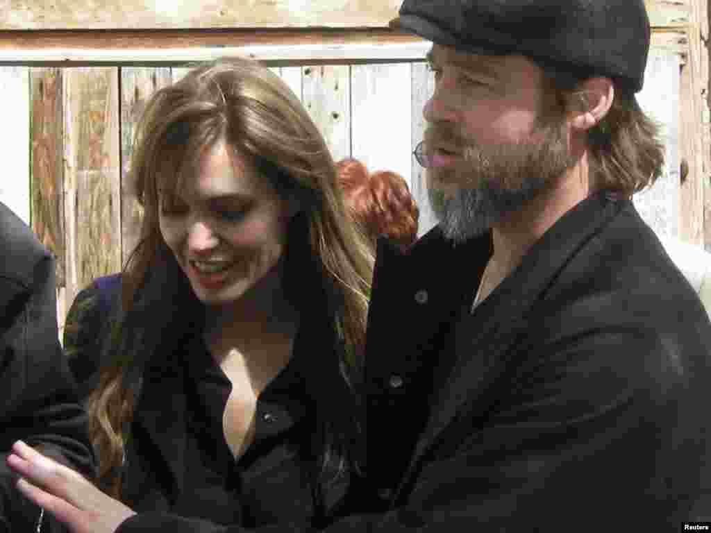 Angelina Jolie i Brad Pitt posjetili su izbjeglice u Medjedji, 05.04.2010.