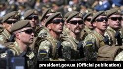 Ukrain askerleri Ukraina Mustaqillik Kününde Kyivde. 24 avgust 2017 senesi