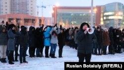 Студенты проводят флешмоб, приуроченный ко Дню Независимости. Астана, 12 декабря 2014 года.