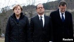 Канцлер Германии Ангела Меркель (слева), президент Франции Франсуа Олланд (в центре), премьер-министр Испании Мариано Рахой на месте крушения самолета авиакомпании Germanwings. 25 марта 2015 года.
