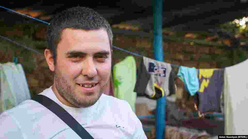 Осман Бєлялов – брат фігуранта Бахчисарайської «справи Хізб ут-Тахрір» Мемета Бєлялова. Російські силовики заарештували його в жовтні 2017 року. Весь цей час кримчанин перебуває під арештом