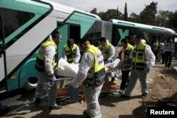 Медики уносят с места теракта в Иерусалиме тело одной их жертв. Октябрь 2015 года