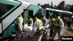Спасатели вывозят пострадавших в результате теракта в Иерусалиме