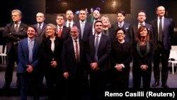 """Lidwerul Mișcării populiste """"Cinci Stele"""", Luigi Di Maio, pozînd la 1 martie, cu membri guvernului pe care i-a propus itlaienilor în ajunul alegerilor parlamentare"""