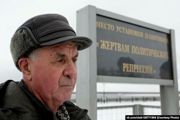 Павел Акимов около знака, на месте которого должен быть установлен памятник жертвам сталинских репрессий