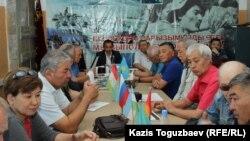 Заседание координационного совета ветеранских организаций Алматы. В центре - председатель совета Мурат Абдушкуров. Алматы, 20 сентября 2017 года.