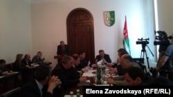 Сегодня на заседании правительства Абхазии было одобрено соглашение с правительством Южной Осетии, рассмотрен вопрос изменений в Положение о комитете по репатриации и дана лицензия госкомпании «Абхазвторресурсы» на вывоз лома цветных металлов