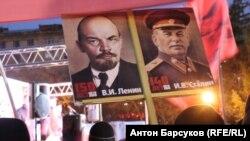 Плакаты на митинге коммунистов в Новосибирске