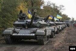 Українські військовослужбовці відводять танки недалеко від Маріуполя. 20 жовтня 2015 року