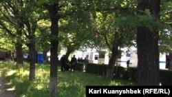 Сотрудники полиции и полицейские автобусы с северной стороны площади Республики.