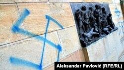 Očišćeni nacistički krstovi na antifašističkom spomeniku u Jajincima