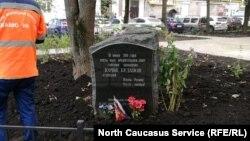 Памятник Юрию Буданову, который убил и изнасиловал чеченскую девочку во время второй войны