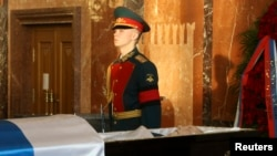A guard of honor stands at the coffin of Mikhail Kalashnikov during a commemoration ceremony in Mytischi outside Moscow.