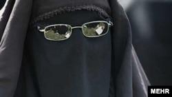 Женщина-иранка на мероприятии по поводу 23-летней годовщины смерти основателя Исламской Республики Иран аятоллы Рухоллы Хоменеи. Тегеран, 3 июня 2012 года.