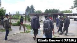 Migranti ispred napuštenih objekata firme Krajinametal