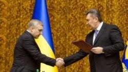 Віктор Янукович (праворуч) вітає Олександра Якименка з призначенням на посаду голови СБУ, Київ, 10 січня 2013 року