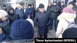 Аким города Павлодара Нуржан Ашимбетов выступает перед работниками фармзавода предприятия «Ромат». Павлодар, 8 ноября 2016 года.