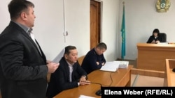 Қазақстанның бұрынғы премьер-министрі Серік Ахметов (ортада) сот залында отыр. Қарағанды, 25 қазан 2019 жыл.