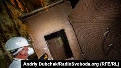 Захищена свинцем «будка дозиметриста»: кран спускав цю конструкцію з людиною всередині до зруйнованих вибухом приміщень